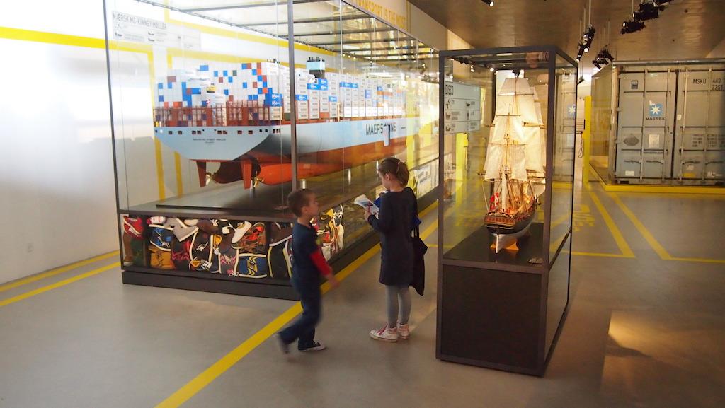 De tentoonstelling eindigt bij de grote containerschepen.