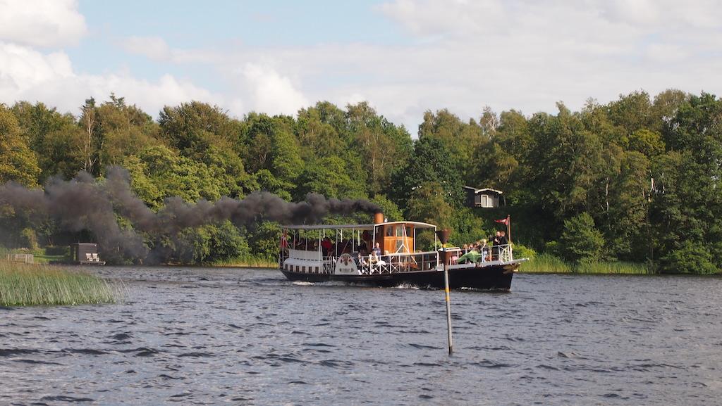 Het antieke schip. Op het vaarschema is te zien op welke tijden je met deze boot kan varen.