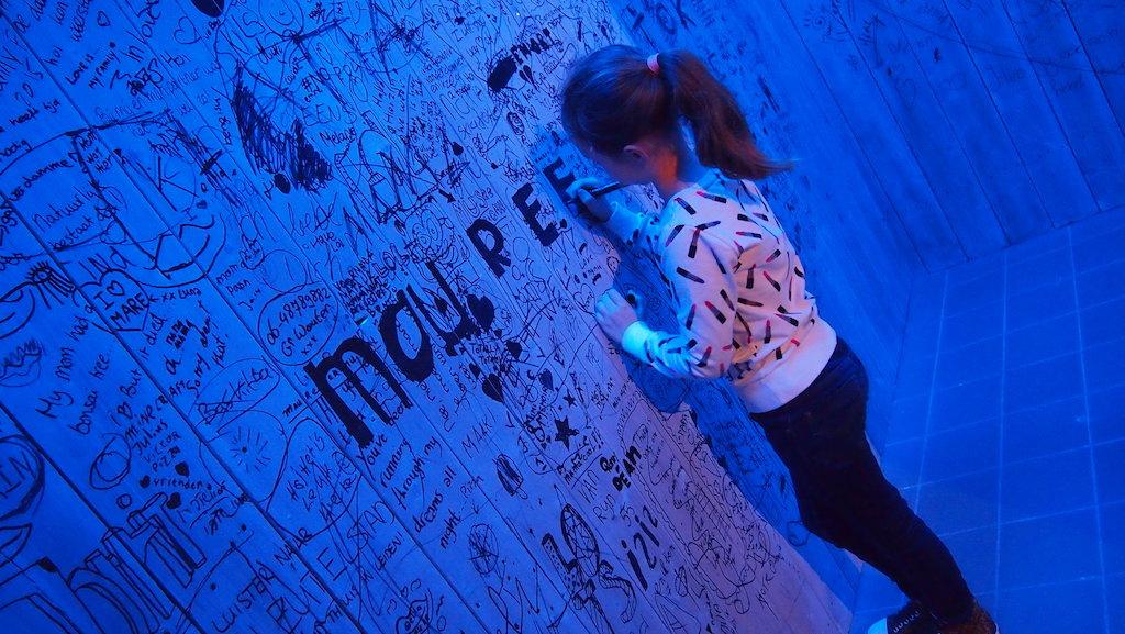Maureen druk bezig met haar eigen naam schrijven.