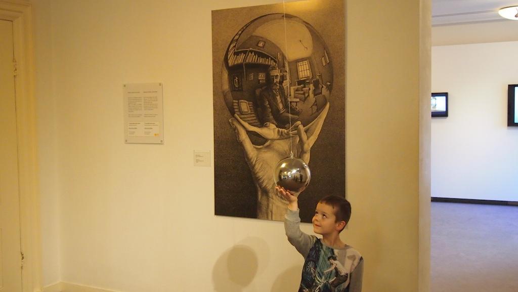 Hoe wordt de bol vast gehouden op het kunstwerk?
