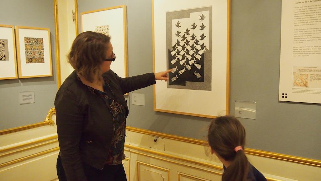 Samen kijken naar het werk van Escher.