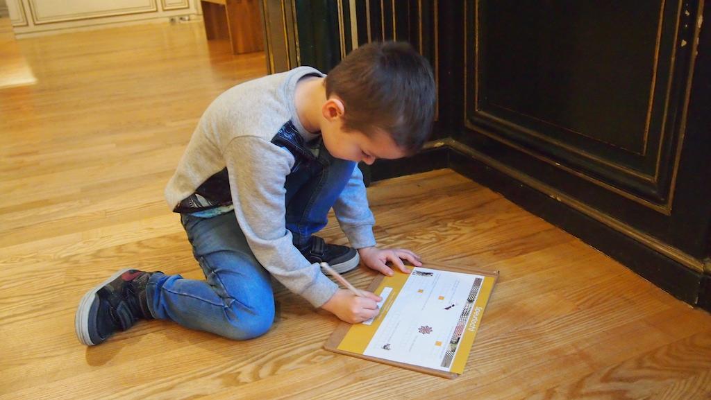 Camiel is vooral druk met de plaatjes van de speurtocht zoeken.