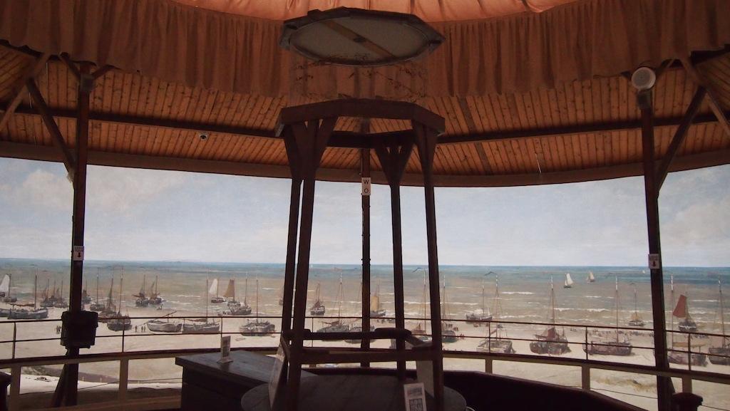 We bekijken het Panorama van Mesdag vanaf een platform dat zogenaamd op de top van een duin staat.