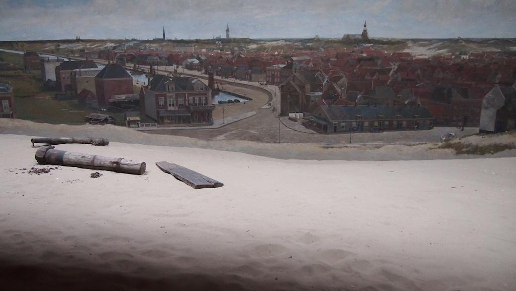 Het schilderij lijkt nog echter door het zand dat ervoor ligt.