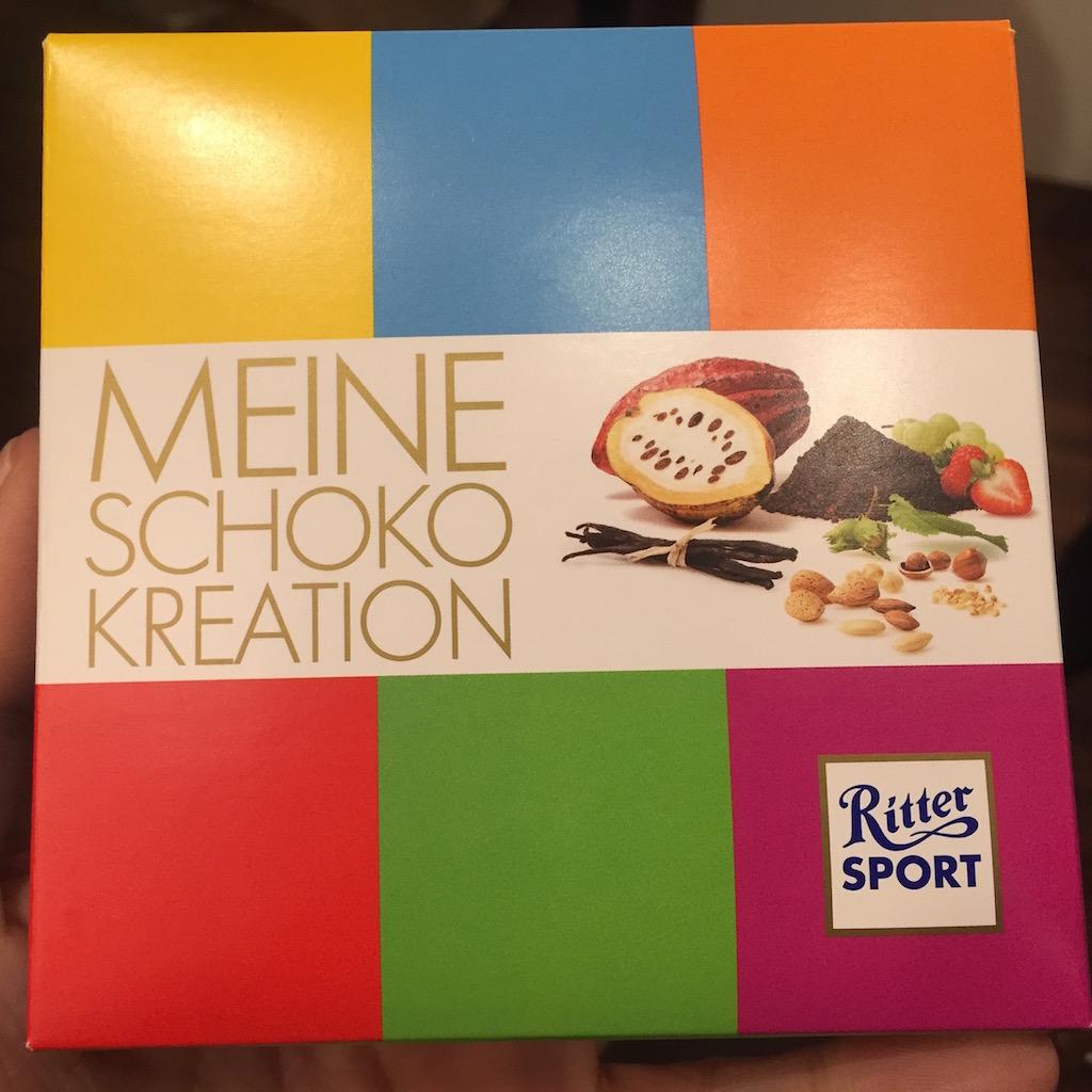 De chocolade zit in een kleurrijk doosje.
