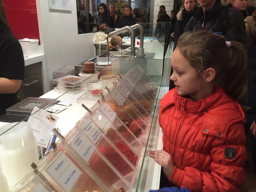 Best moeilijk om te kiezen wat er in de chocolade reep mag....