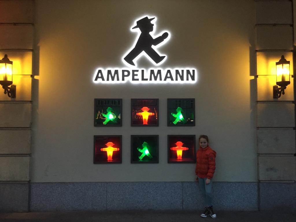 Ontmoeting met Ampelmann, het van oorsprong Oost-Berlijnse verkeersmannetje.