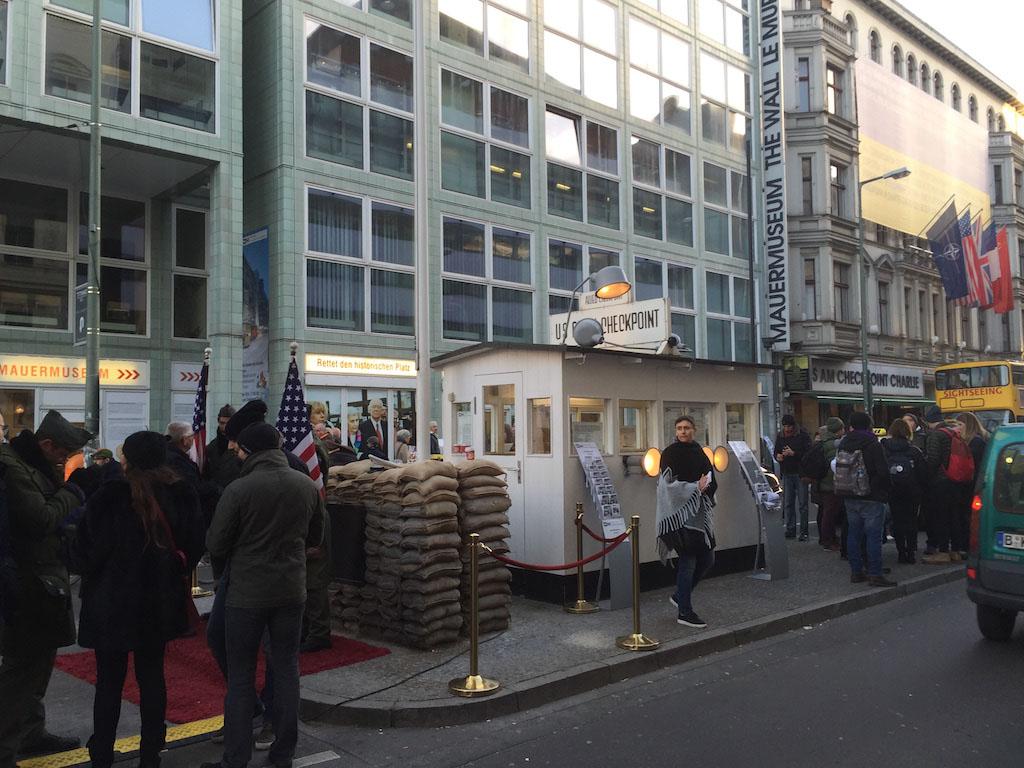 Checkpoint Charlie met op de achtergrond het Mauer Museum.