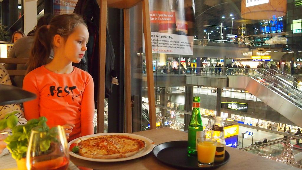 Aan de pizza en pasta bij Vapiano.