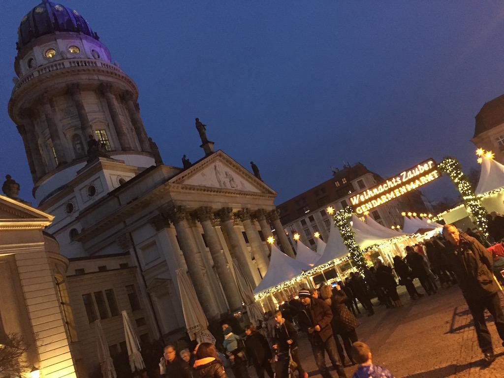 De kerstmarkt is 's avonds op z'n mooist met de mooie lichtjes.