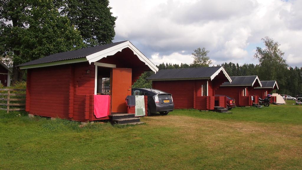 Een vertrouwd beeld op Storangens Camping: kleine rood-witte stuga's.