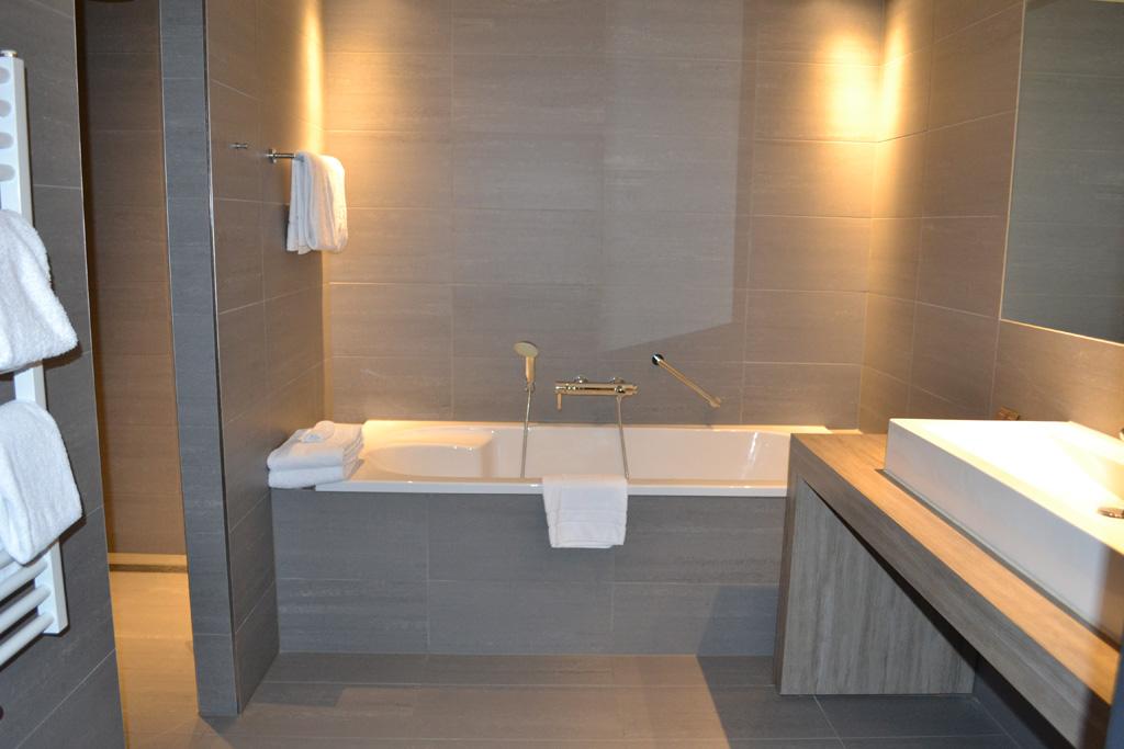 De badkamer met het bad.