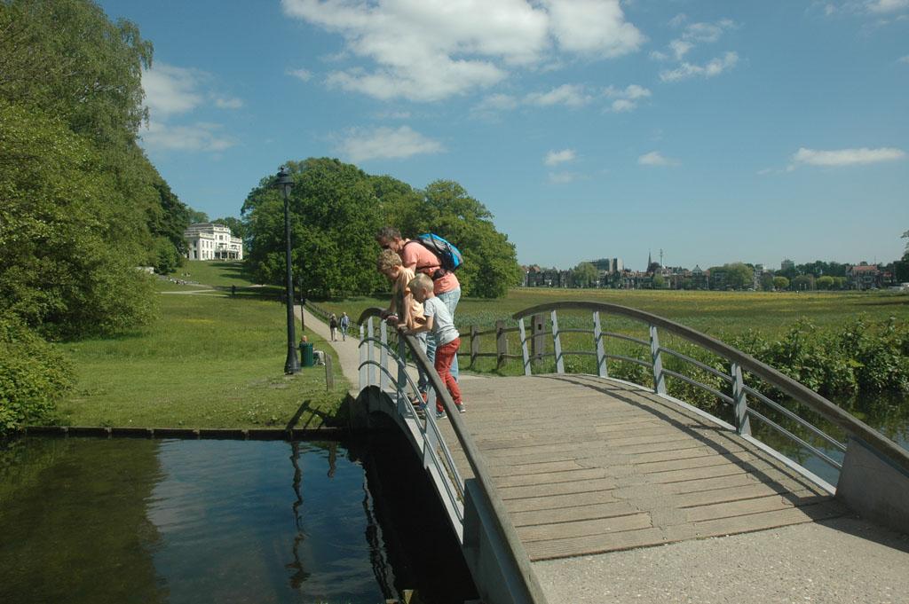 Vanaf het bruggetje in het water turen (foto: Suzanne).