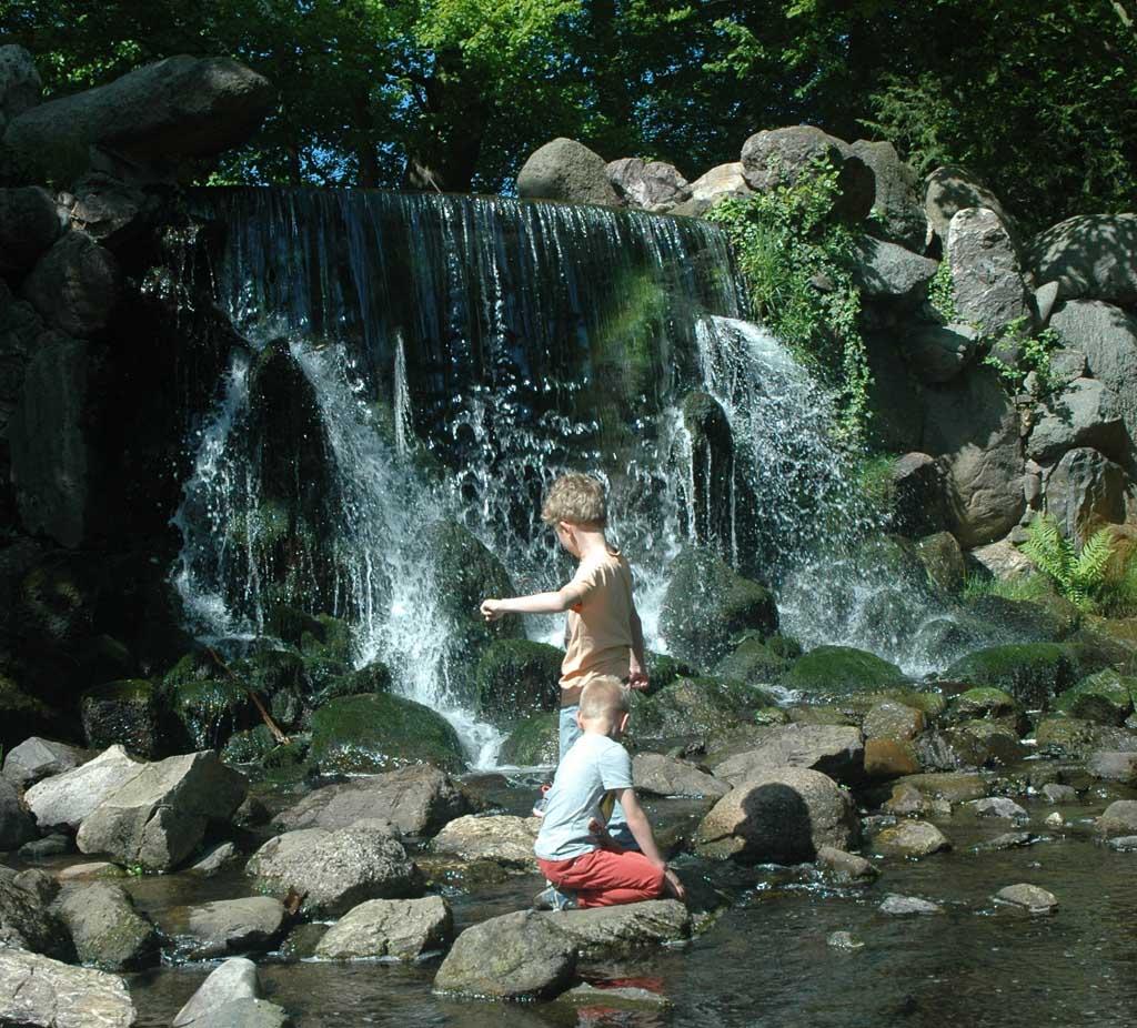 Spelen bij de waterval (foto: Suzanne).