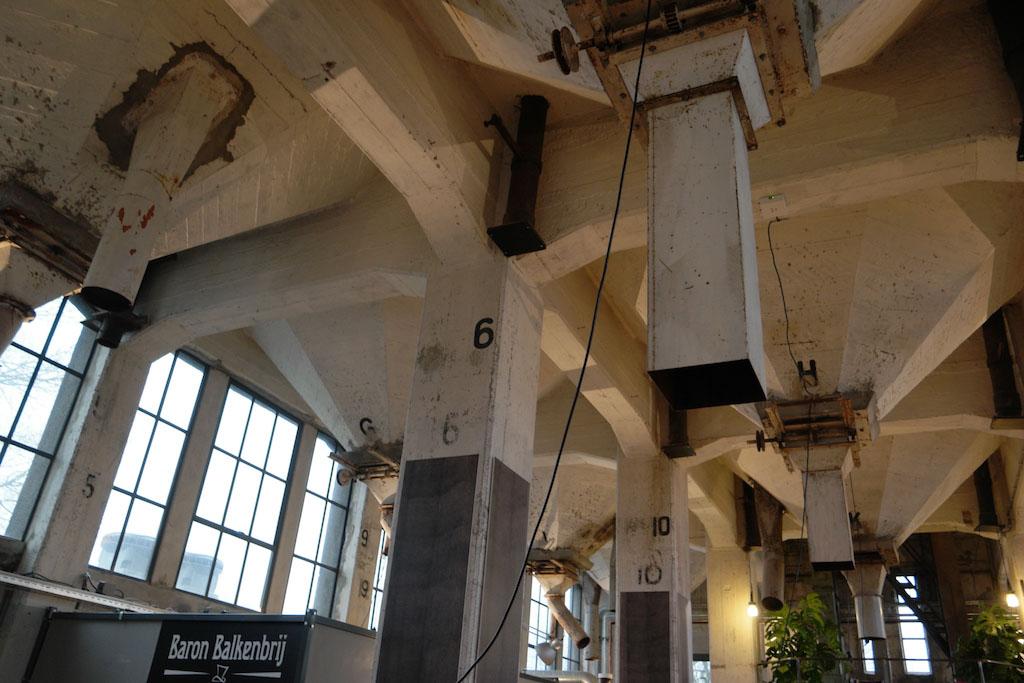 In het plafond is de historie van het pand goed te zien.