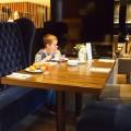 De ontbijtruimte ziet er sfeervol uit met de blauwe banken en mooie verlichting.