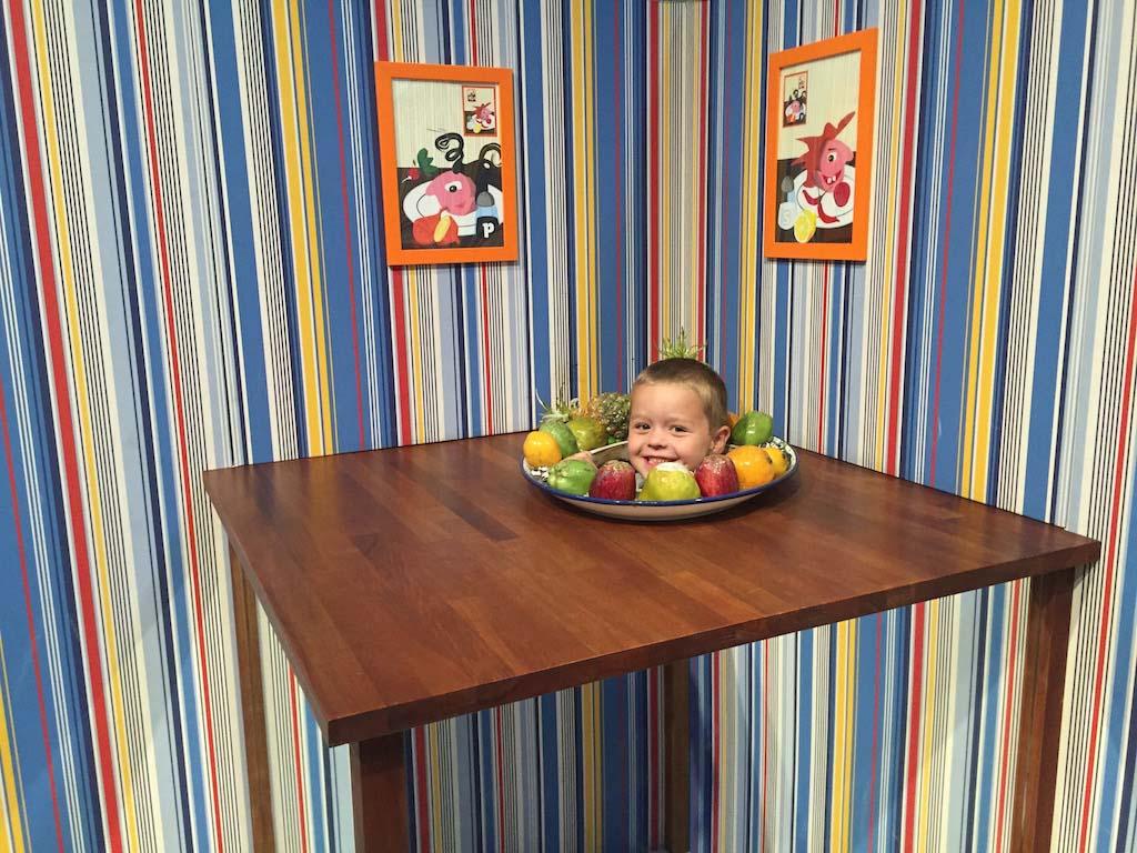 Help, Camiel z'n hoofd ligt in de fruitschaal!