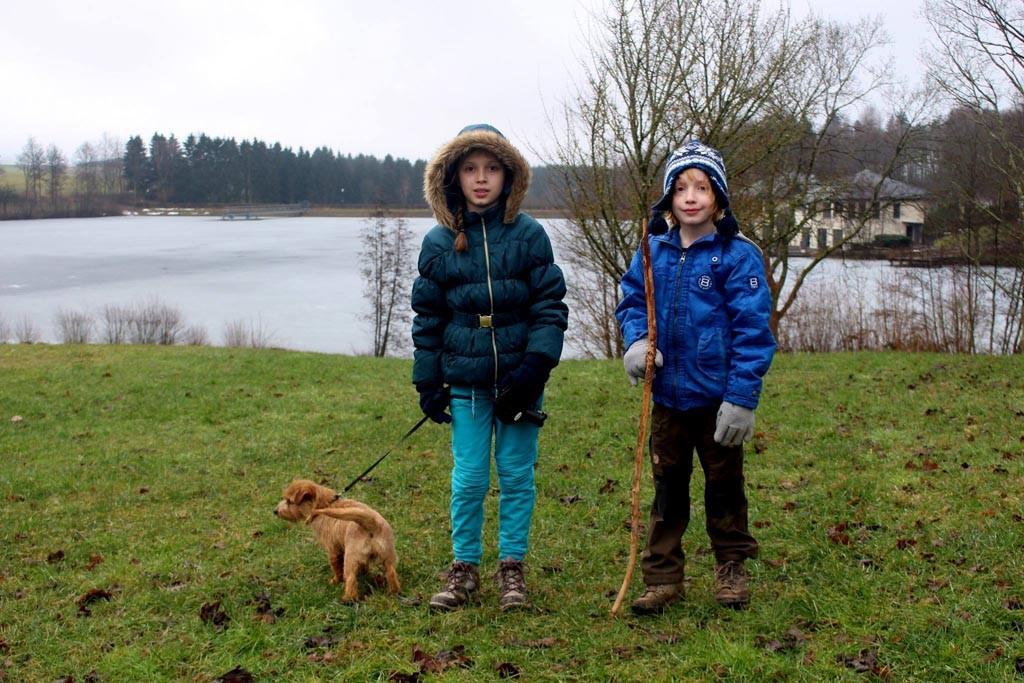 Ons huisje is vlakbij het meer.