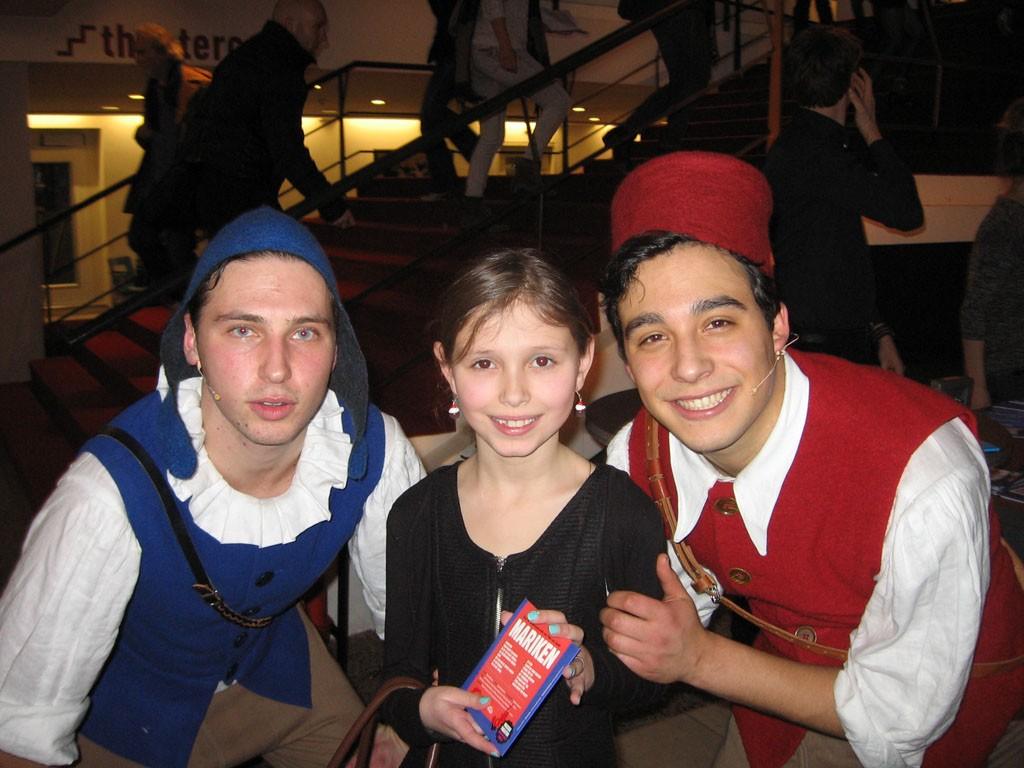 Op de foto met twee acteurs van de voorstelling.