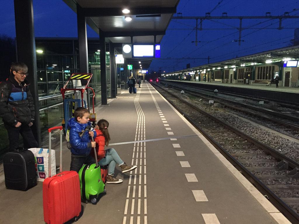 's Ochtends vroeg wachten op de trein.