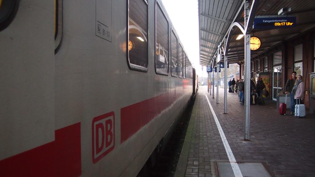 Even wachten op de Duitse locomotief en het Duitse personeel.