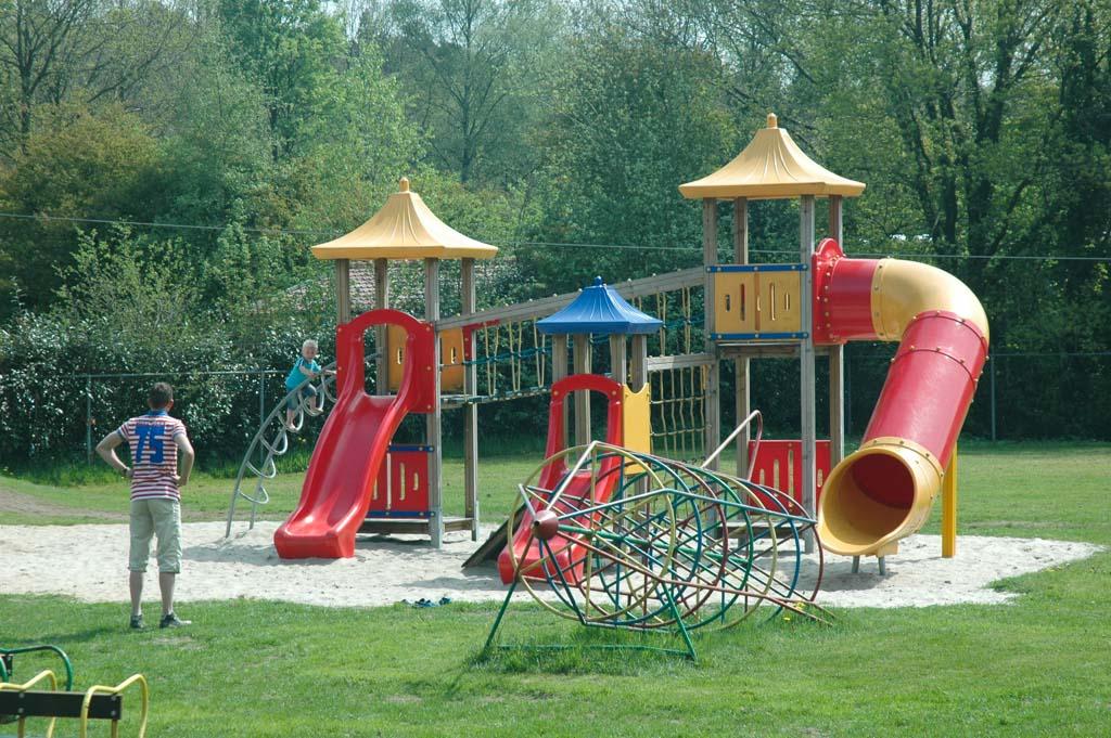 De speeltuin bij restaurant Nieuwe Brug, vlakbij de camping.