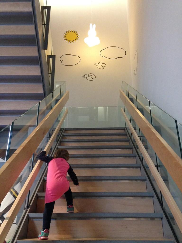 Zelf de trap op. Detail, de lage leuning.
