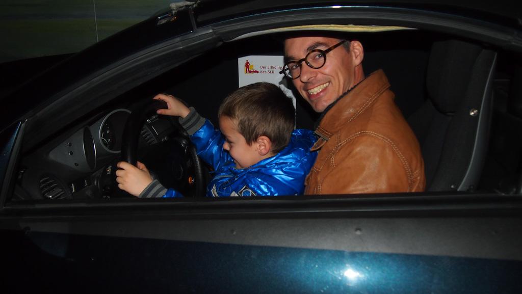 Samen met papa de auto testen.