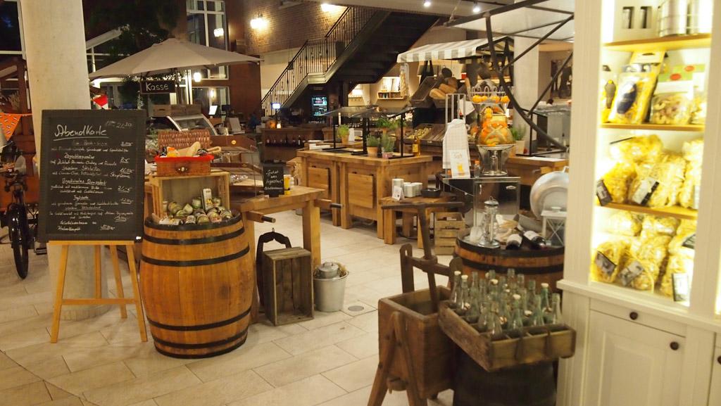Het marktplein waar een deel van de gerechten te bestellen is.