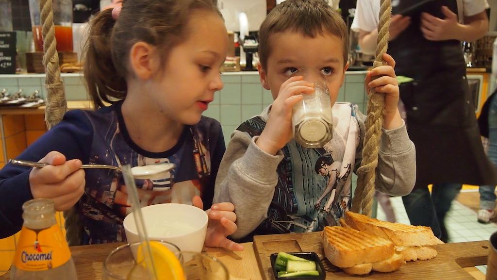 Maureen geniet van haar yoghurt en kijkt al stiekem naar de tosti van Camiel.