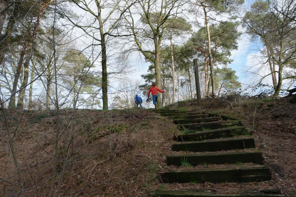 Maureen en Camiel rennen de heuvel op. Hier wordt nog druk gebouwd.