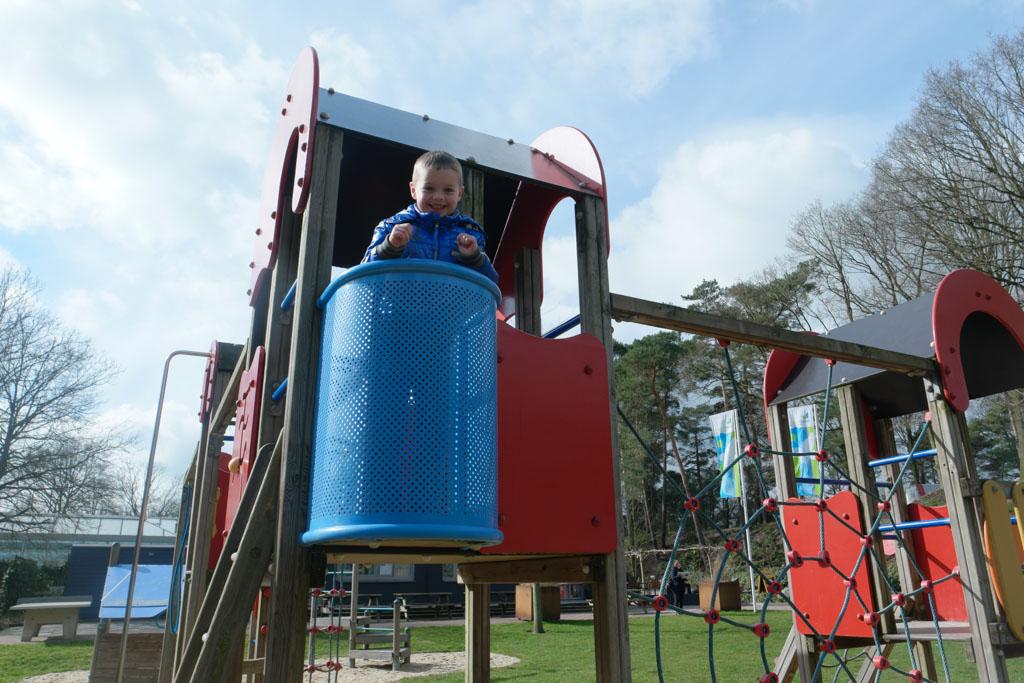 Camiel in de speeltuin.