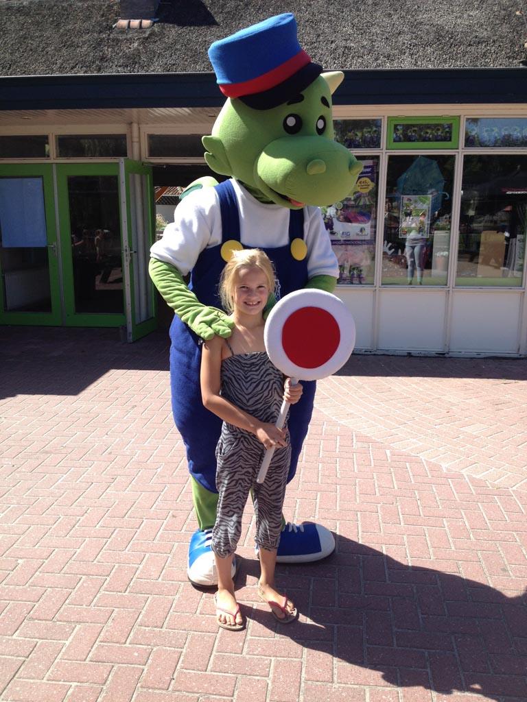 Isabel met Nino, de mascotte van Nienoord.