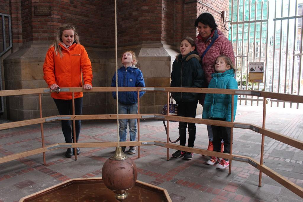 Onderaan de toren is een kunstwerk dat de bewegingen van de toren demonstreert. Of is het de wind?