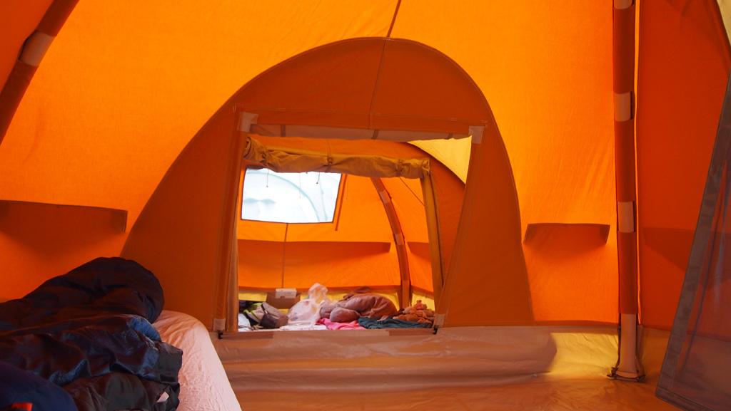 Nu ze ouder zijn slapen de kinderen op een self-inflatable matje.