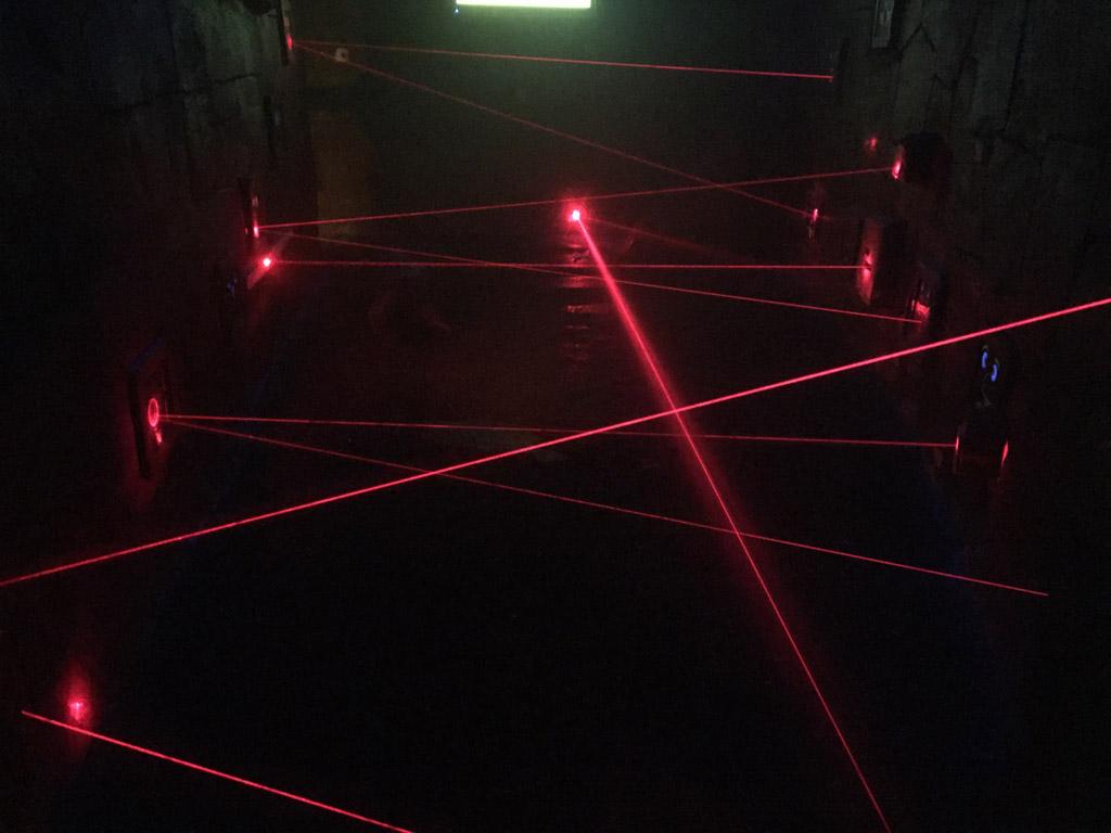 Kruipen tussen de laserstralen door.