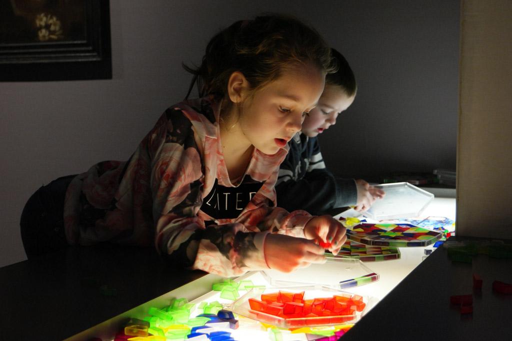 In het gedeelte over de middeleeuwen kunnen de kinderen boven een lichtbak een soort glas in lood raam maken.
