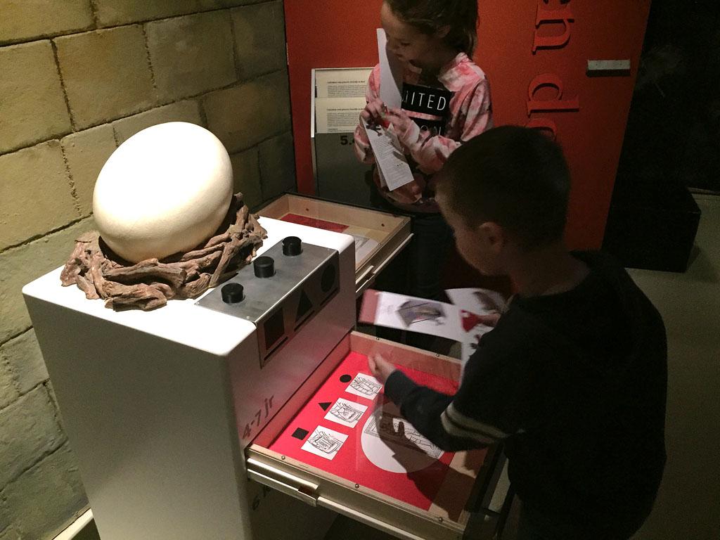 Bij elk ei is er een opdracht waarbij het antwoord in dat gedeelte van het museum te vinden is.