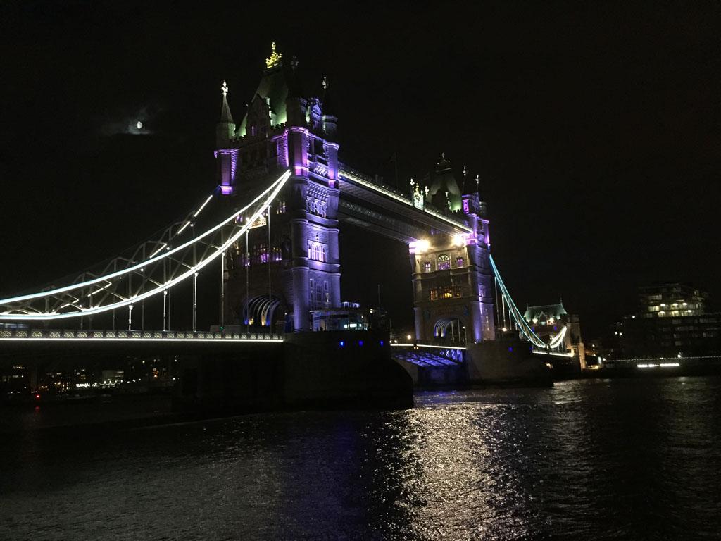 Het is echt de moeite waard om 's avonds de verlichtte Tower Bridge te bezoeken.