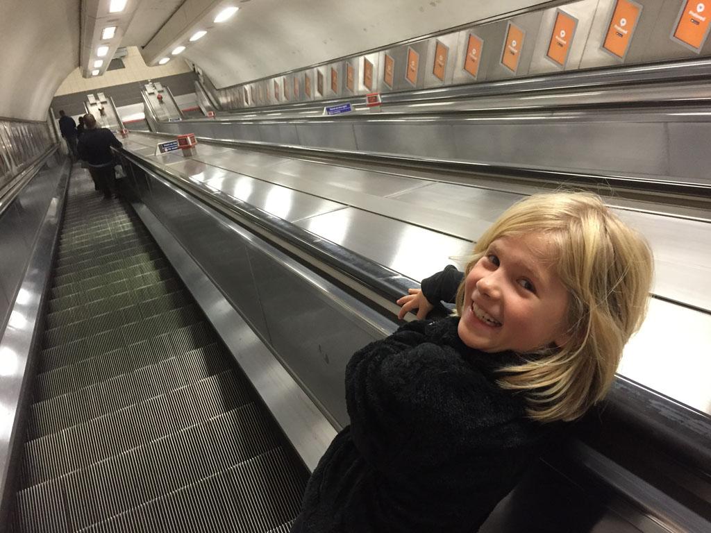 De roltrappen in de metrostations zijn een attractie op zich.