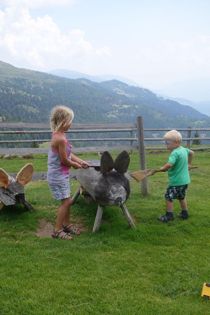 Met simpel speelgoed vermaken de kinderen zich prima bij de hut.