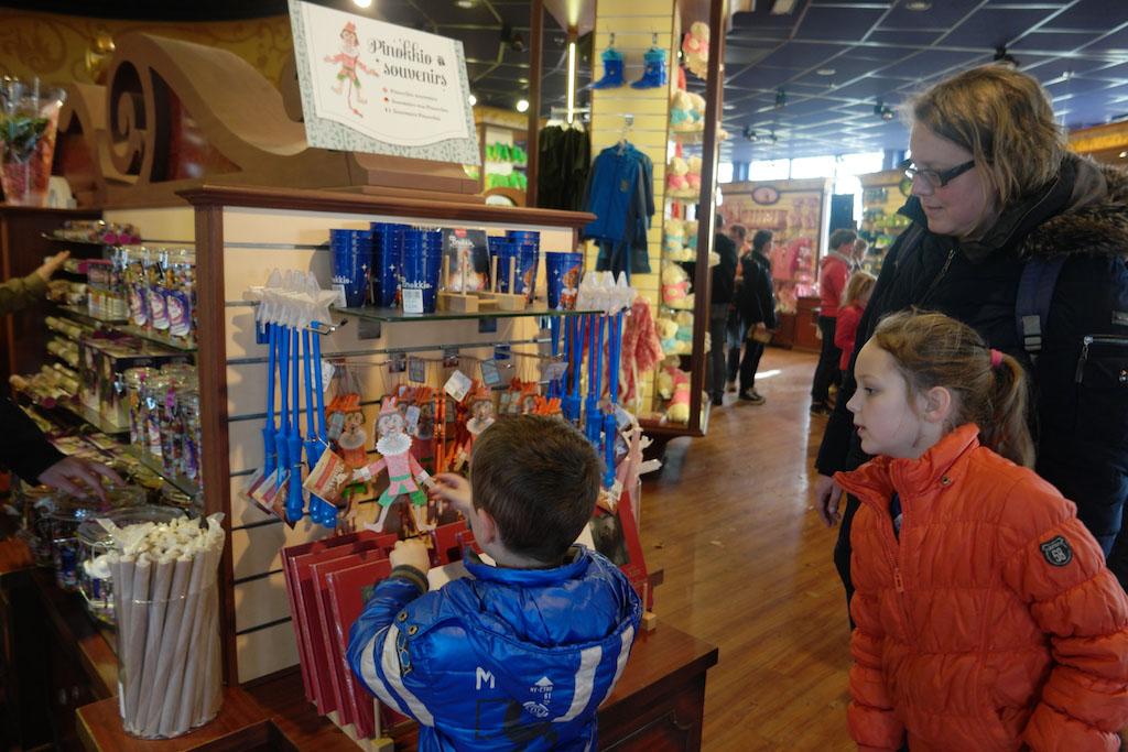 Voordat we naar huis gaan kijken we nog even bij de merchandise in de Efteling souvenirshop.
