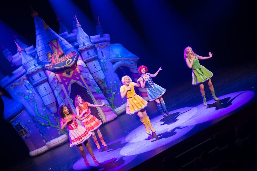 Dansen en zingen tegelijk, het zijn knappe prinsessen.