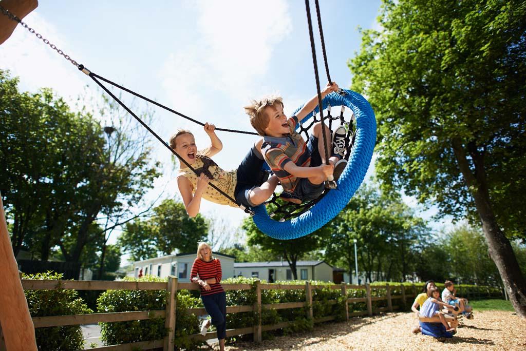 Spelen in de speeltuin bij Seton Sands Holiday Park.