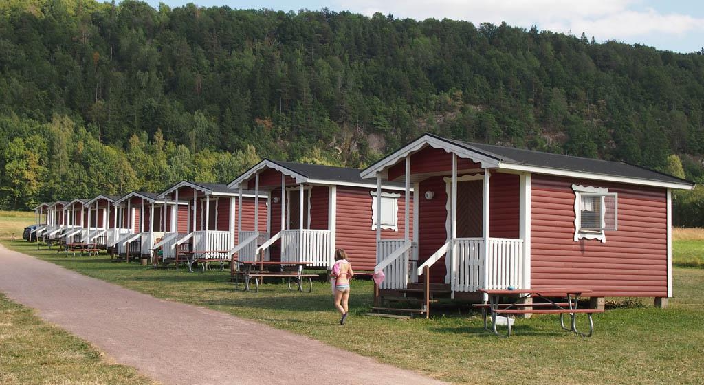 Rood met witte huisjes op een rij op de camping.