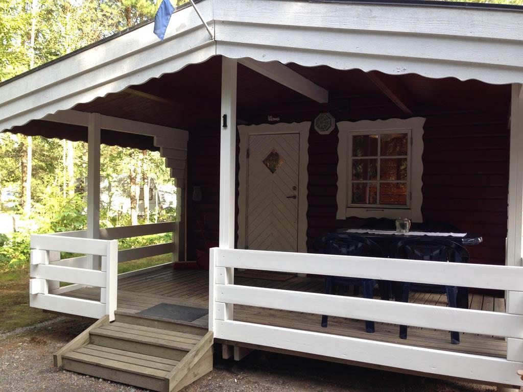 Rood met wit en met een ruime overdekte veranda.