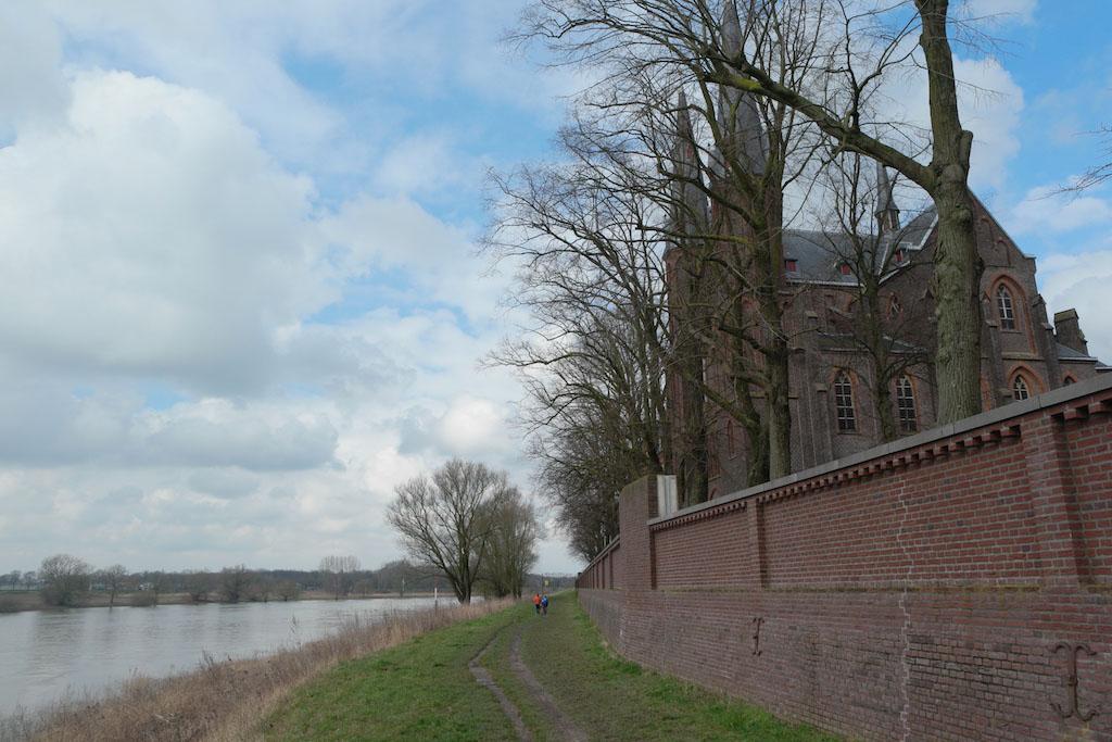 Langs de Maas wandelen.