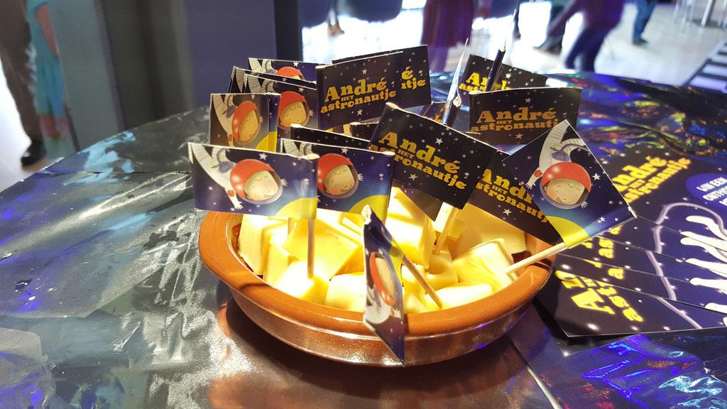 Bijkomen van de ruimtereis met een blokje kaas of is het een blokje maan?
