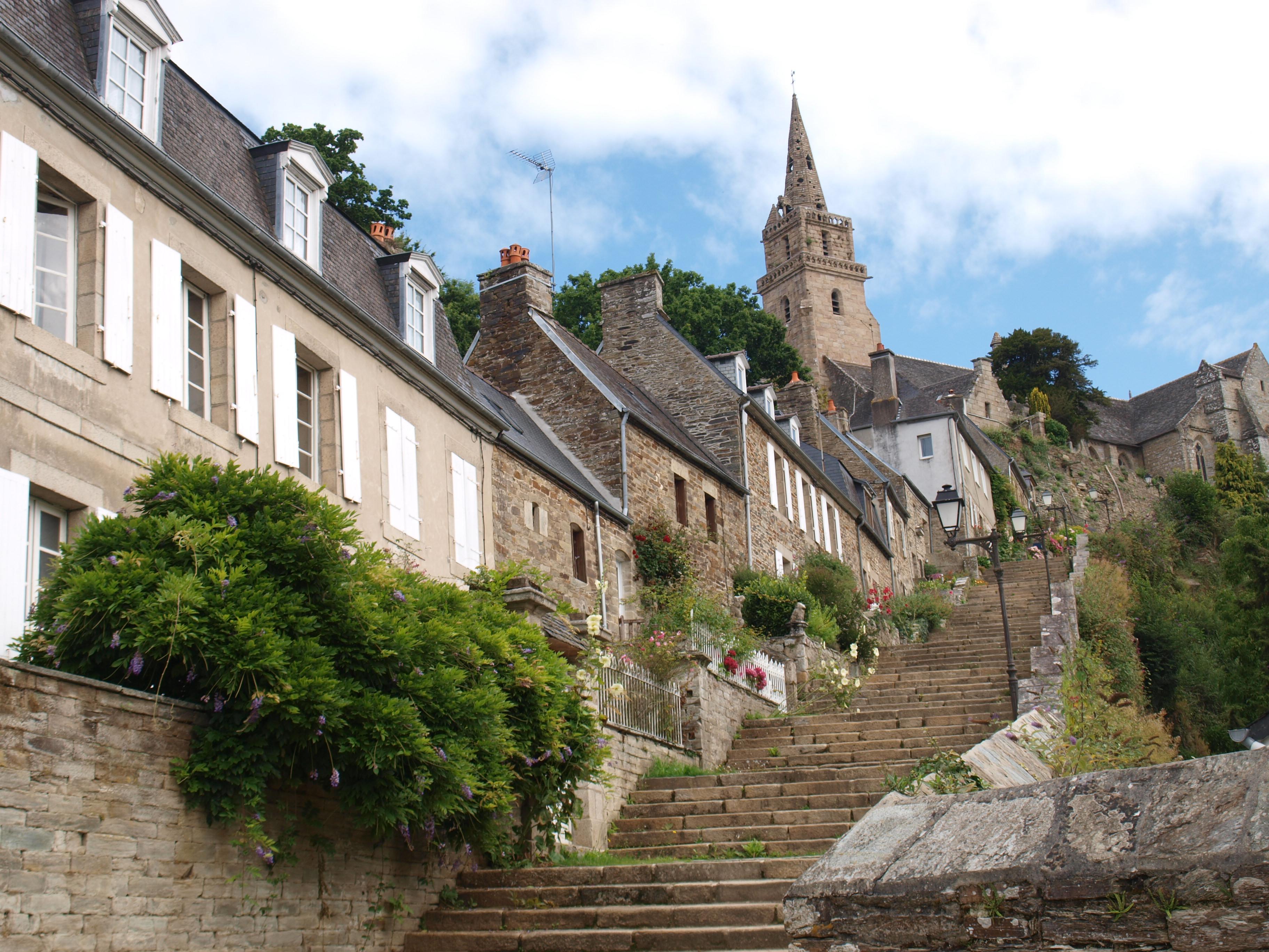 Met de trap omhoog naar de kerk in Lannion.
