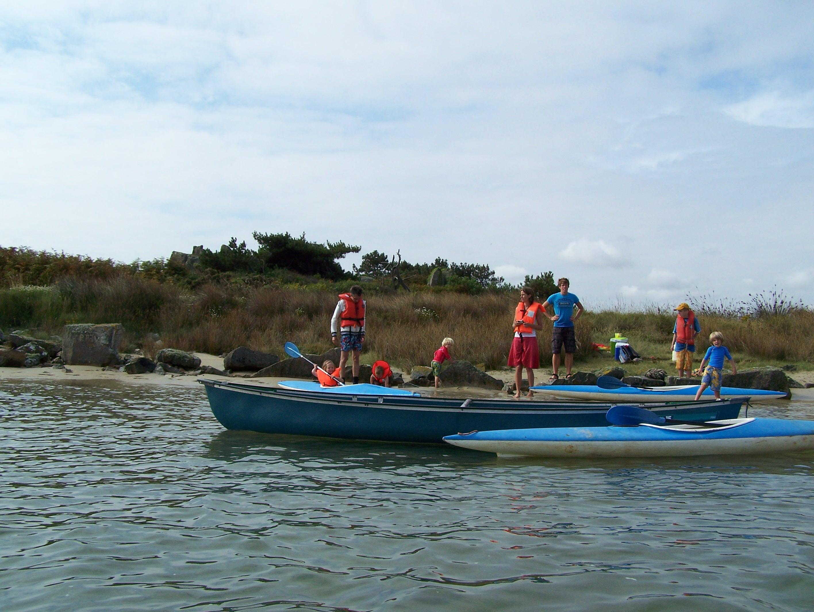 Pauze bij een eilandje tijdens de kanotocht